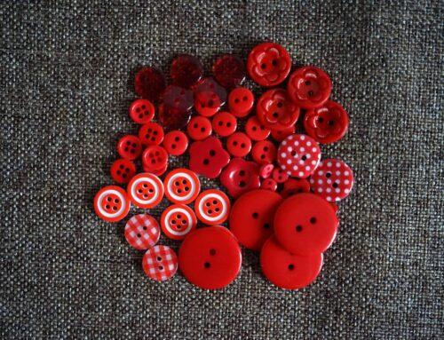 GeroniGombok - Piros színű gombválogatás műanyag gombokkal (50db)